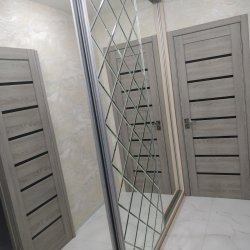Зеркальная плитка на шкафу купе