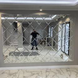 Зеркальная стена из плитки ромбами