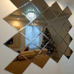 Зеркальное панно на стене