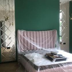 Зеркальные полотна возле кровати из зеркальной плитки