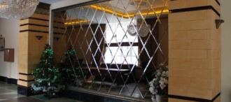 Дзеркальні стіни в інтер'єрі: всі нюанси при виборі плитки і її укладання