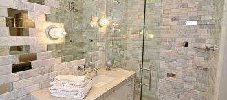 Практичність і шик: дзеркальна плитка в інтер'єрі ванної кімнати