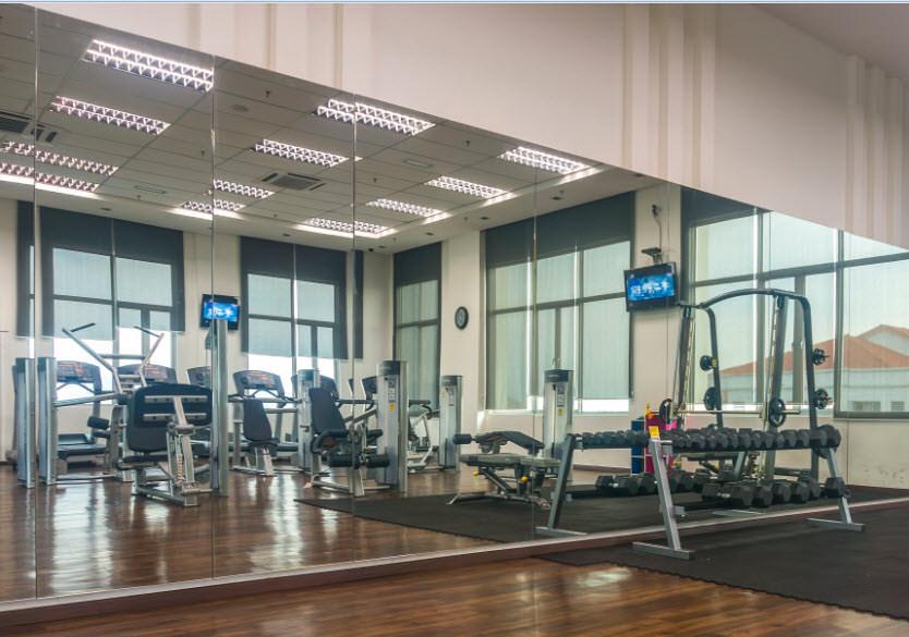 Настенное зеркало в фитнес клубах, спортзалах